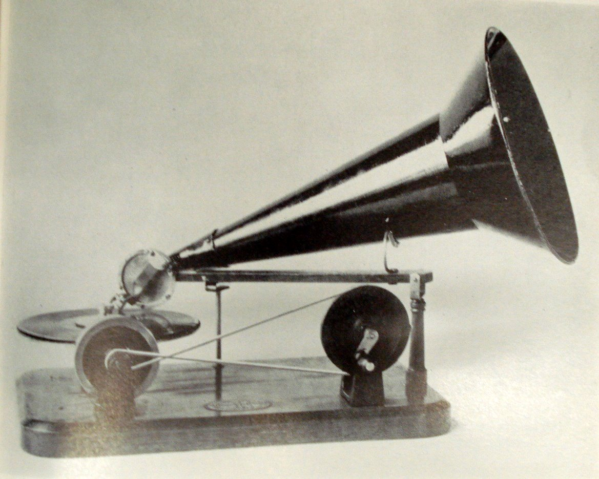 http://aziomedia.files.wordpress.com/2008/08/hand-driven-gramophone.jpg
